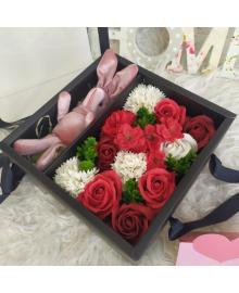 Подарочный набор красных роз из мыла и зайчика